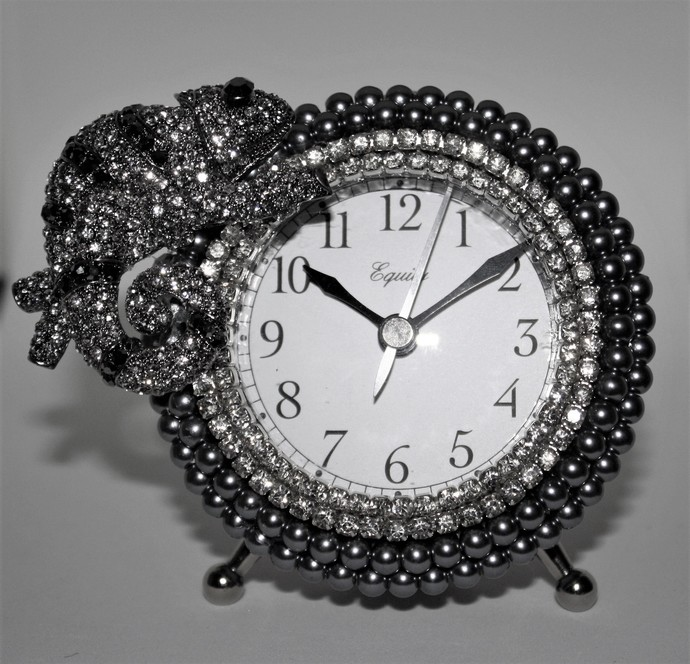 Platinum-Pearl-and-Rhinestone-Chameleon-Alarm-Clock    QUITE UNIQUE!