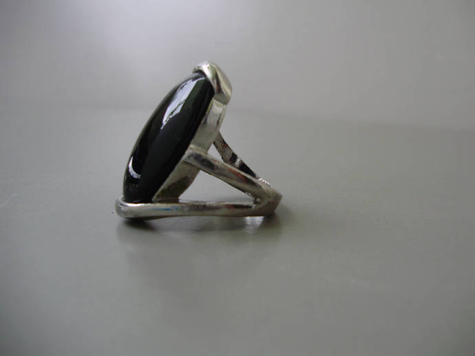 Vintage jewelry,ring with chunky black  bead