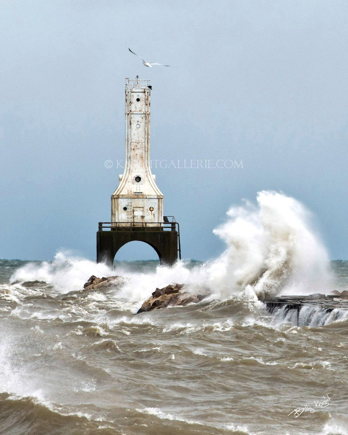 Port Washington Lighthouse: November on Lake Michigan!