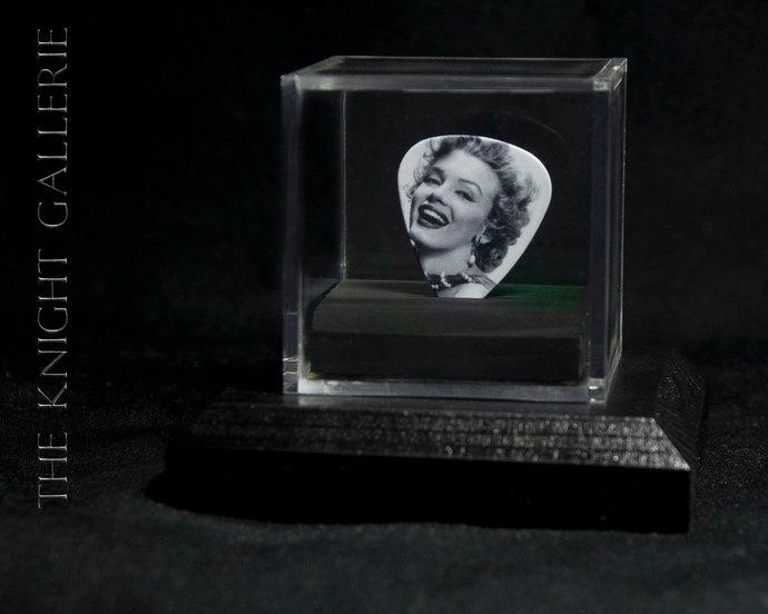 Marilyn Monroe: commemorative guitar pick and display case