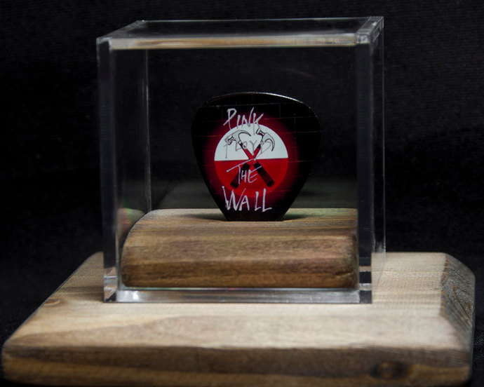 Pink Floyd: commemorative guitar pick and display case