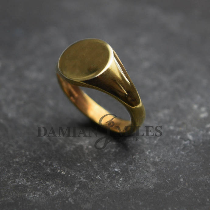 Round Signet Ring. Gents,heavy, 9ct gold signet ring.