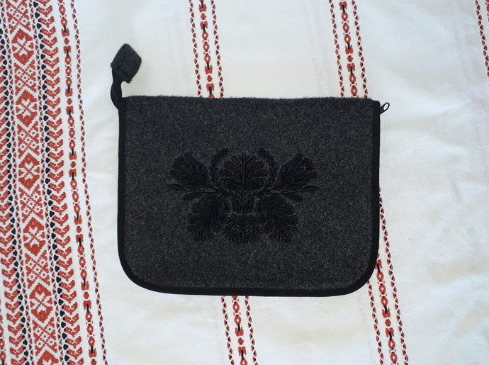 "Felt tablet / macbook/ notebook / iPad case 10-12"" with embroidered flowers,"