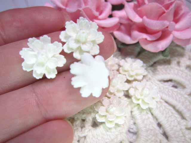 "5pcs Flatback Cabochon Resin Flowers - 5/8""  Off White"