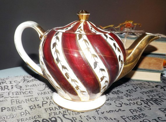Early mid-century (1940s) Sadler 1686 gold and maroon teapot with lid. Maroon
