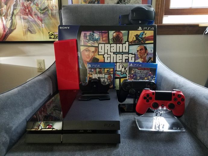 PlayStation 4 500GB, EXCELLENT condition with box, 2 games and controllers &