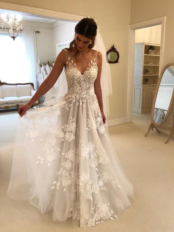 Lace Applique Ivory Beach Wedding Dresses V Neck Backless Wedding Dress