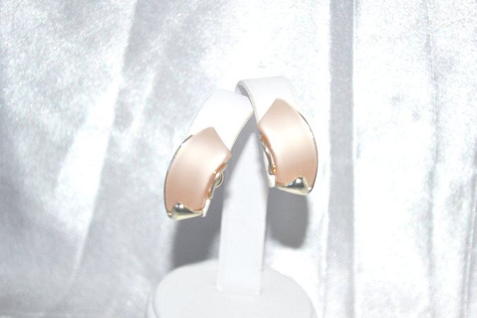 Signed STAR Pale Peach Moonglow in Gold Tone Screw Back Earrings