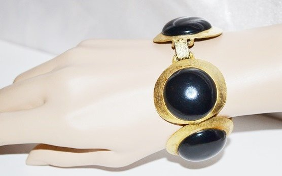 Bracelet Black Lucite Large Button in Textured Gold Tone