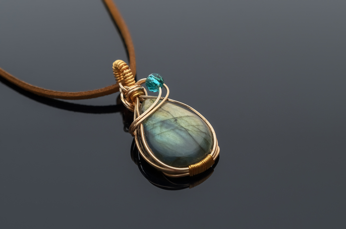 Labradorite pendant Bakti delicate and beautiful