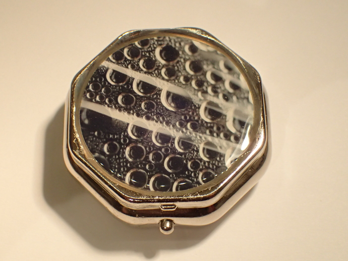 Pill box - 6-sided - Droplets photo - Black and white