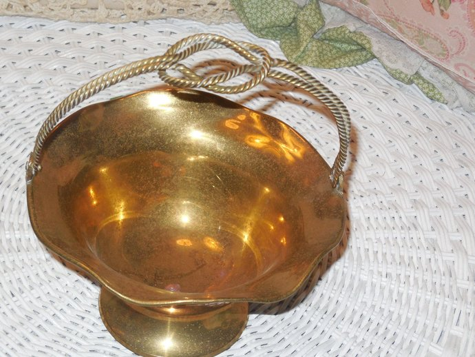 Brass Basket Bowl Pretty detailed knotted handle, Brass decor, Vintage Home