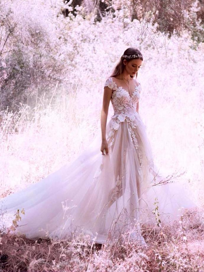 Sexy Wedding Dresses V-neck Appliques Sweep/Brush Train Bridal Gown