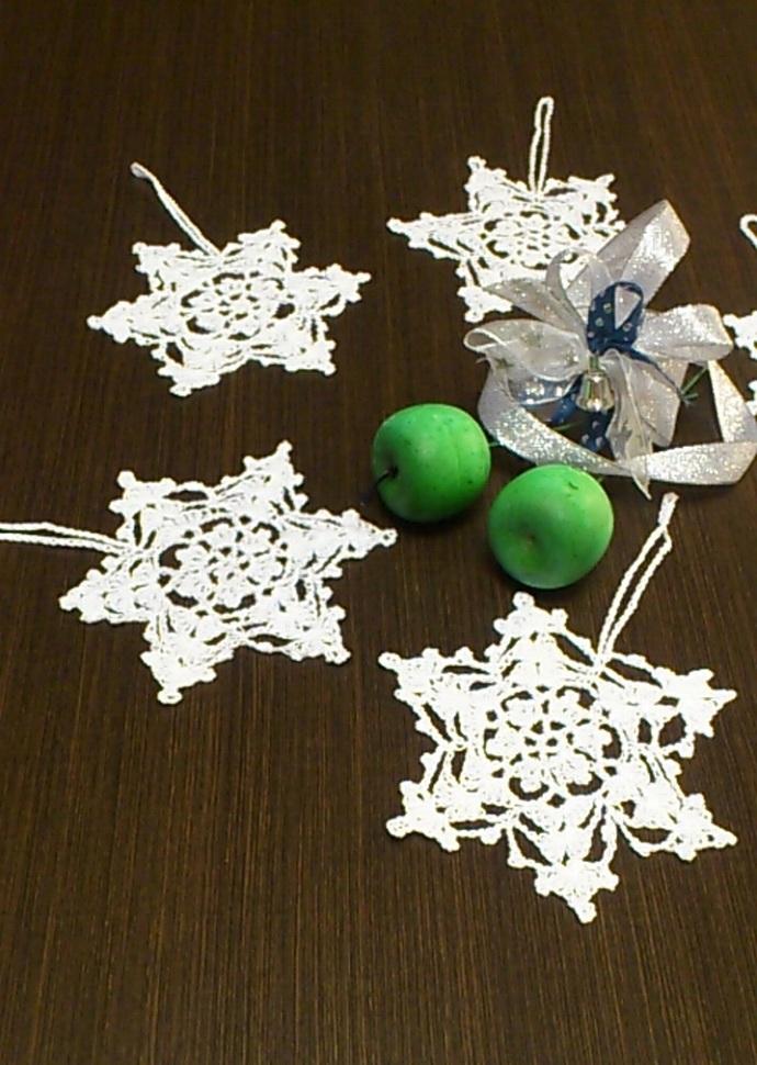 Christmas set of 6 mini crochet snowflakes, Christmas ornaments, winter doily, 6