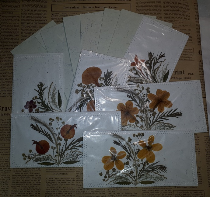 HM139 (1 Set ) Cards with Dried Floral Embellishments and Envelope