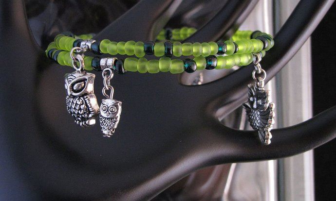 Frosted green glass beaded memory wire bracelet with Owl charms - Item Number