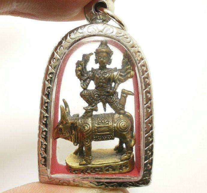 Lord Vishnu ride Bull the preserver Phra Narai song Koh hindu god amulet pendant