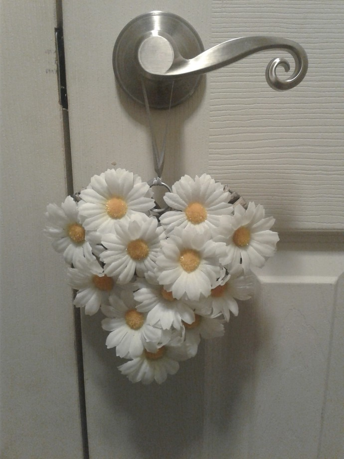White Daisy Wreath/Door Hanger