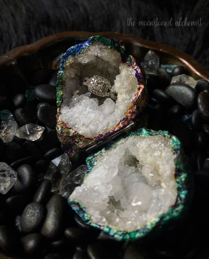 Thermal Space Rock High Quality Quartz Crystal Geode Ring Box with Swarovski
