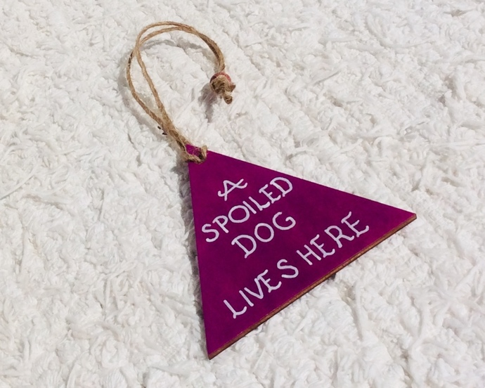A spoiled dog lives here - Giftidea for a doglover - Dogs - Pets - Triangle -
