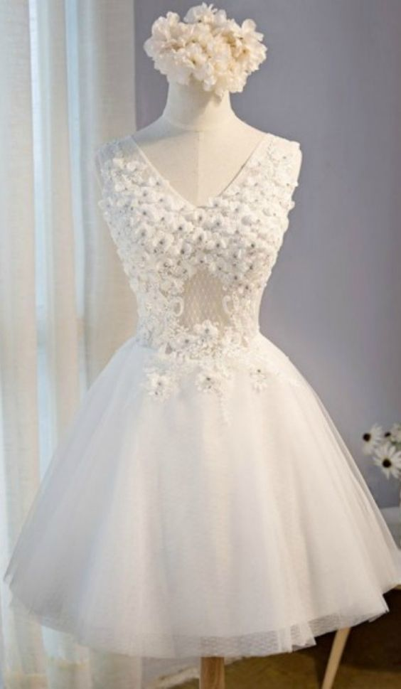 Unique Flowers Homecoming Dresses White V Neck Short Tulle With Appliques Lace