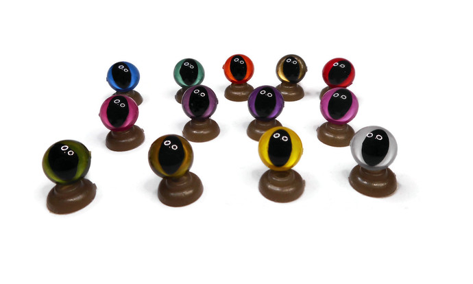 9mm Cat/Dragon Safety Eyes complete with push plastic washers. 13 Colours