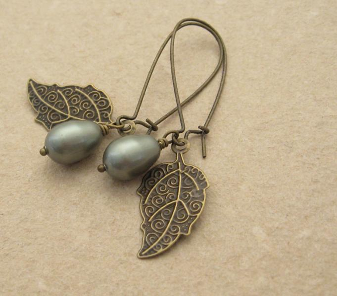 Pearl Berry earrings in sage green: Swarovski pearls with bronze-coloured leaves