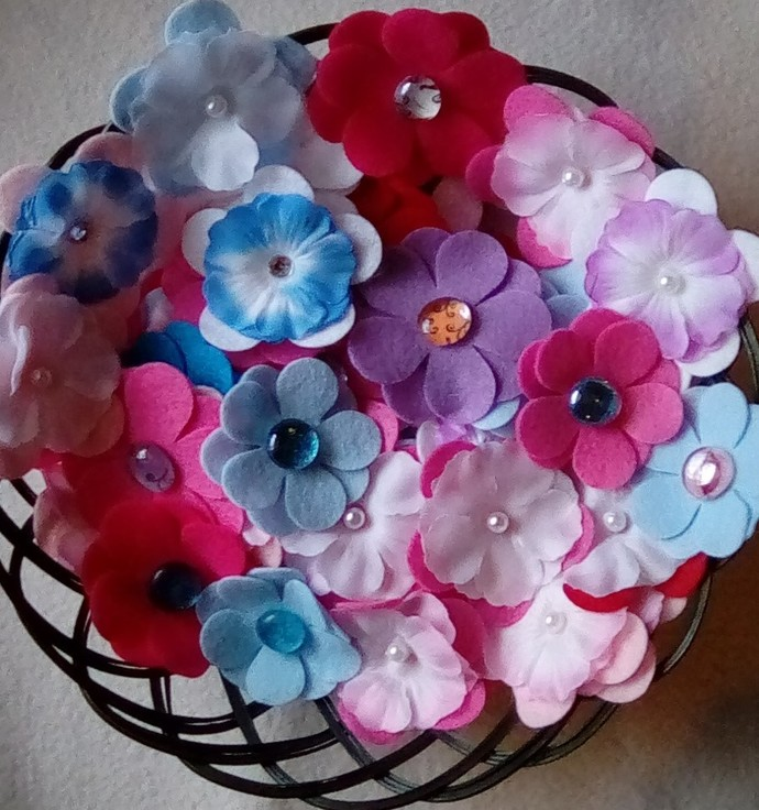 100 Assorted Random Mix Felt Flower Die Cut Felt Small and Large with Beads.