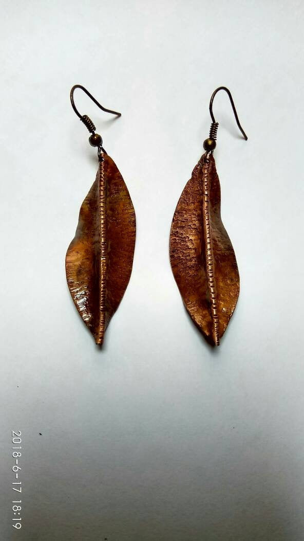 Handmade earrings in leaf form, made with copper hammered and folded, with a