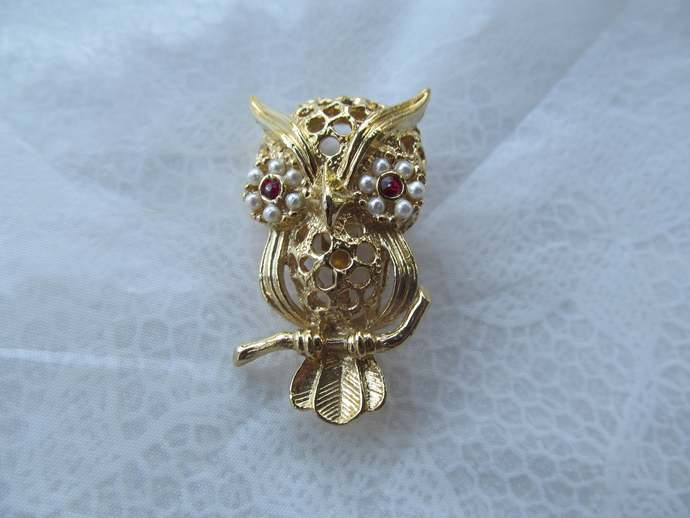 GERRYS signed vintage gold colored filigree brooch depicting OWL