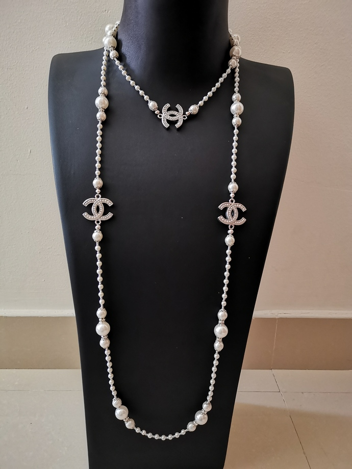 Long pearl necklace inspired by Chanel