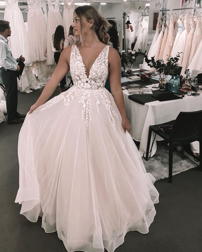 V neck Backless White A Line Tulle Wedding Dress with Appliques