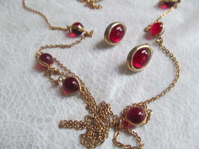 AVON signed vintage set with necklace and matching earrings