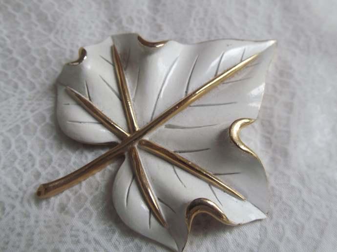 TRIFARI signed vintage gold colored large leaf enamel brooch