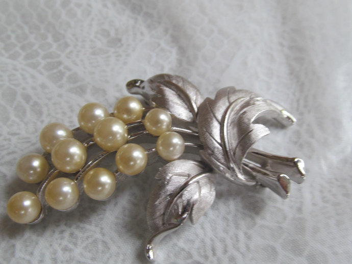 TRIFARI signed vintage silver colored floral brooch w faux pearls