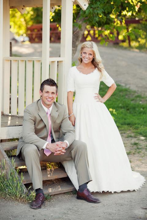 Vintage Lace Satin A-line Modest Wedding Dresses Cap Sleeves Buttons Back