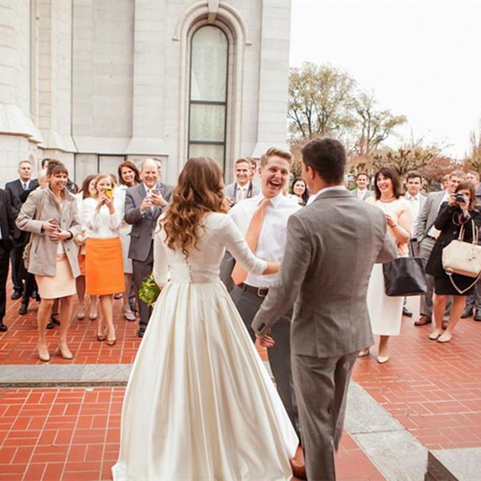 2020 New Vintage Wedding Dresses White Ivory Elegant V-Neck Sweep Train 3/4 Long