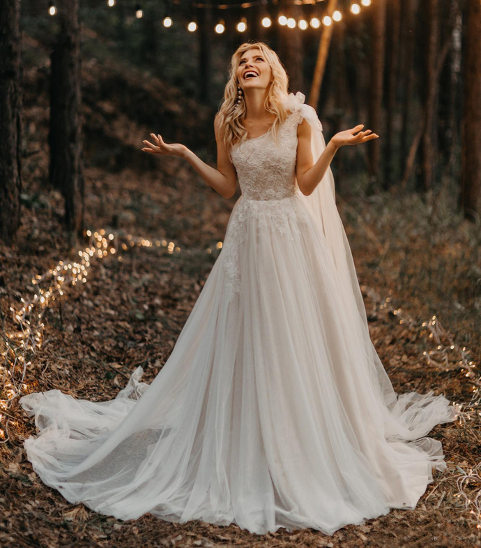 2020 Country Bohemian Wedding Dresses One Shoulder Lace Appliques A Line Beach
