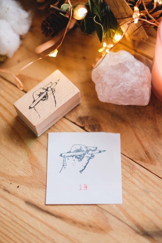 London Gifties design wooden rubber stamp - Hand Holding Pen - 5 x 3 cm
