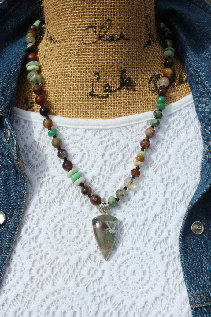 The peace and protection Hand Knot Beaded Necklace Aquaprase Pendant in Green
