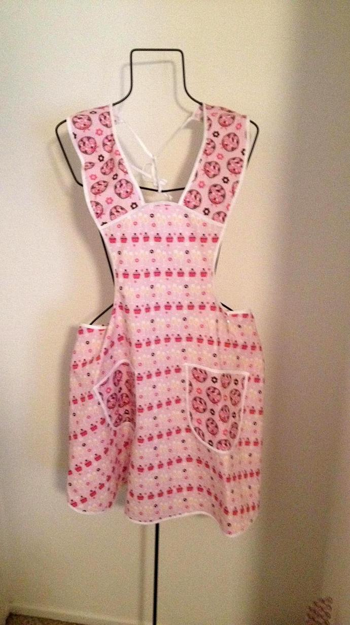 HALTER-STYLE bibbed apron with novelty cupcake print