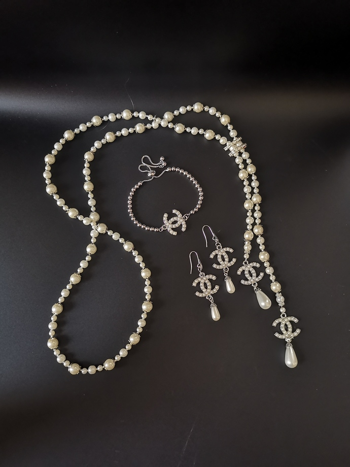 Long pearl necklace