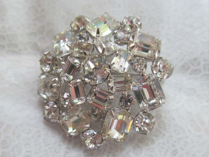 WEISS signed vintage crystal rhinestone Classic round brooch