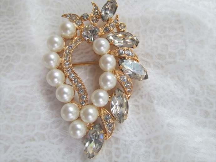EISENBERG ICE signed vintage pearl and rhinestone brooch