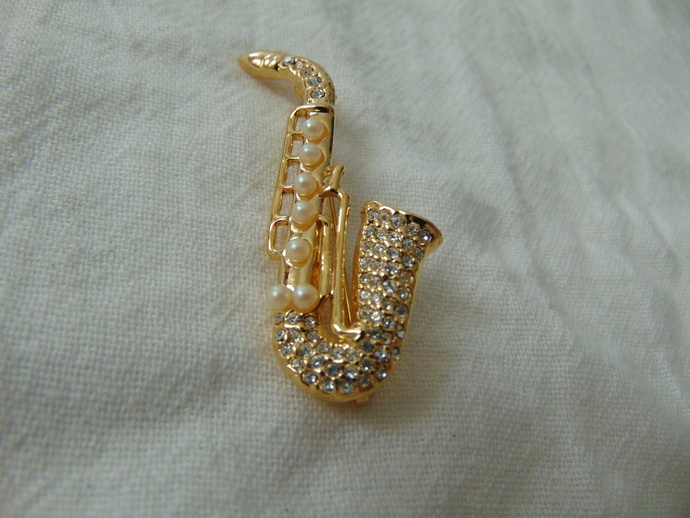 vintage clear crystals seed pearls saxaphone brooch gold plated mint unused