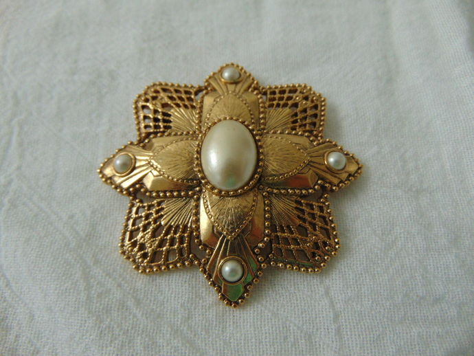 vintage 1928 Co. gold pearl Victorian brooch