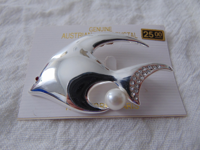 vintage Austrian crystals pearl silver plated angelfish pin nos