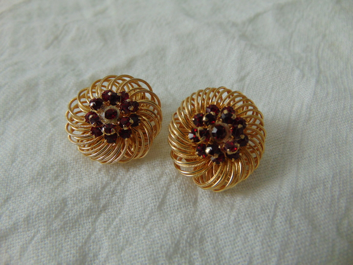 vintage Weiss signed gold plated magenta/red crystals clip on earrings