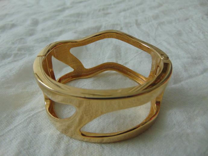 vintage gold wavy cut out wide bracelet bangle magnetic closure