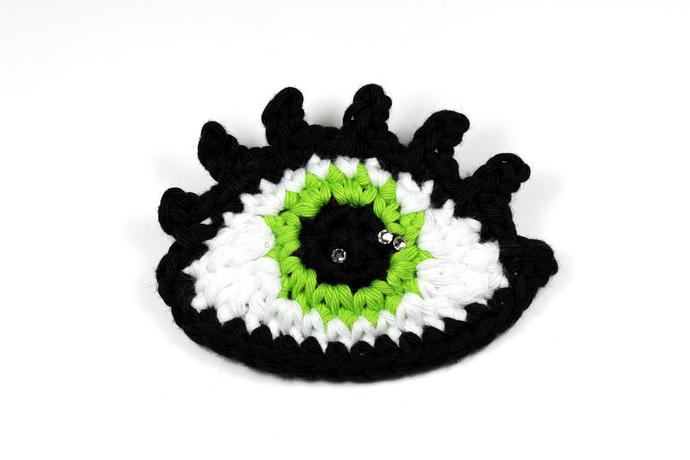 Crochet eye brooch with Swarovski crystals - Green